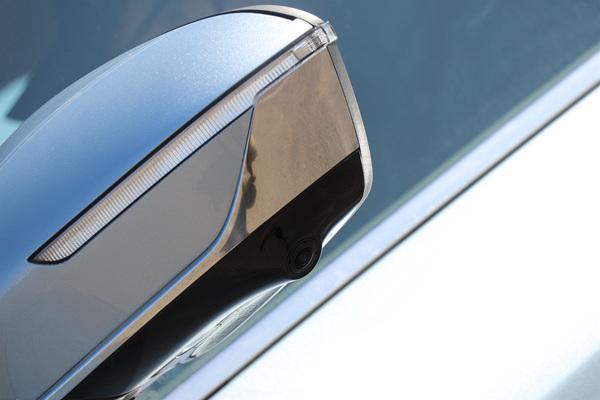 此次实拍的车型后视镜上集成了转向灯、迎宾灯、摄像头、并线辅助预警灯等多项功能